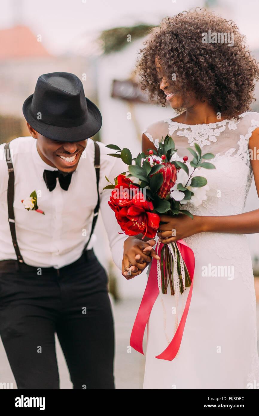 Stilvolle Schwarze Brautigam In Hut Und Seine Charmante Braut