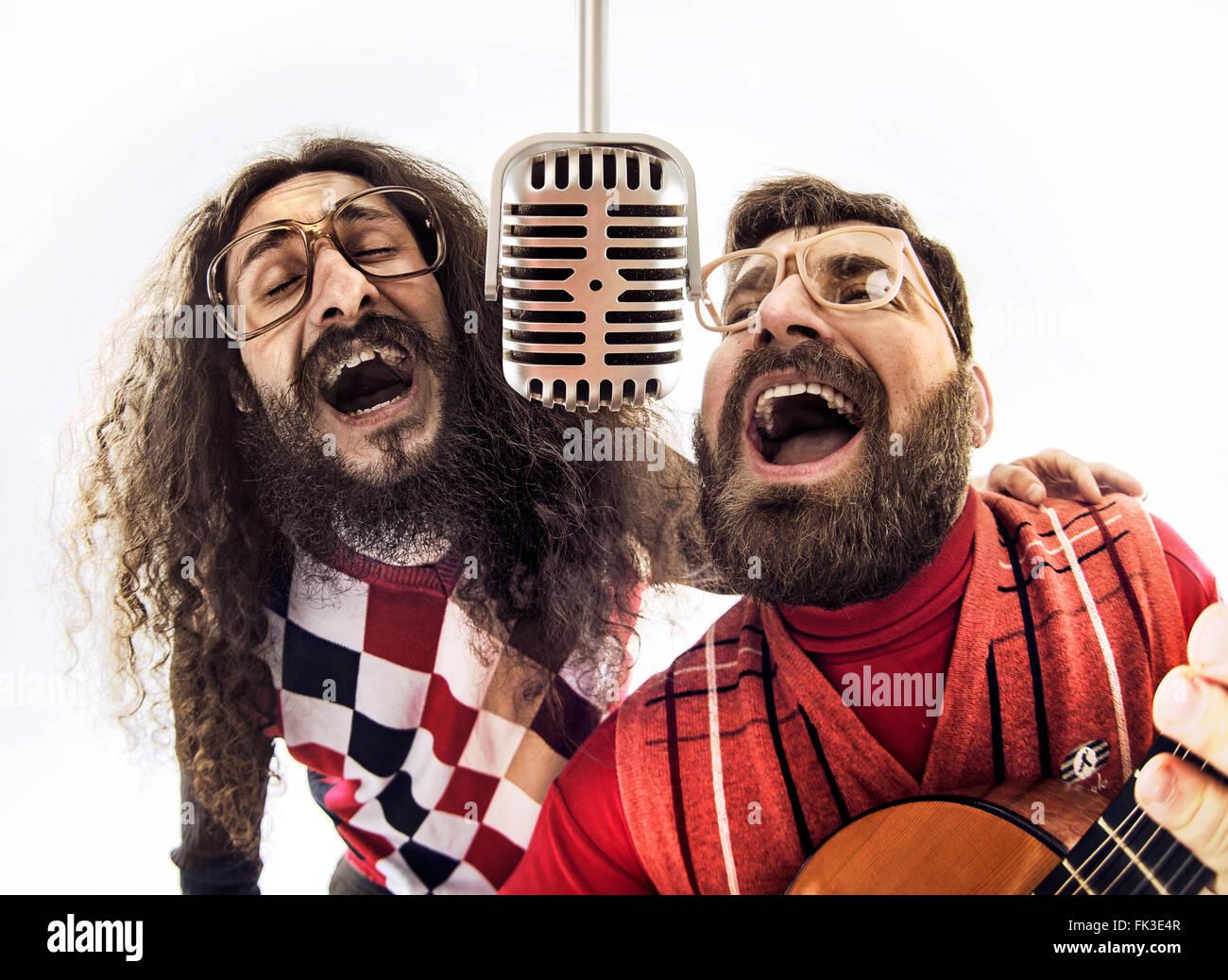 Zwei nerdy Boys gemeinsam singen Stockbild