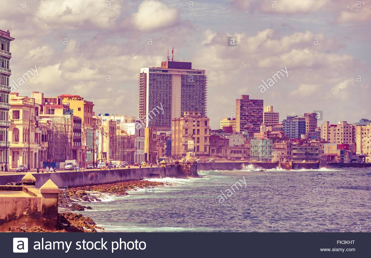 Malecon und Havanna Skyline der Stadt. Das Wahrzeichen ist beliebter Treffpunkt für Touristen und Einheimische. Stockbild