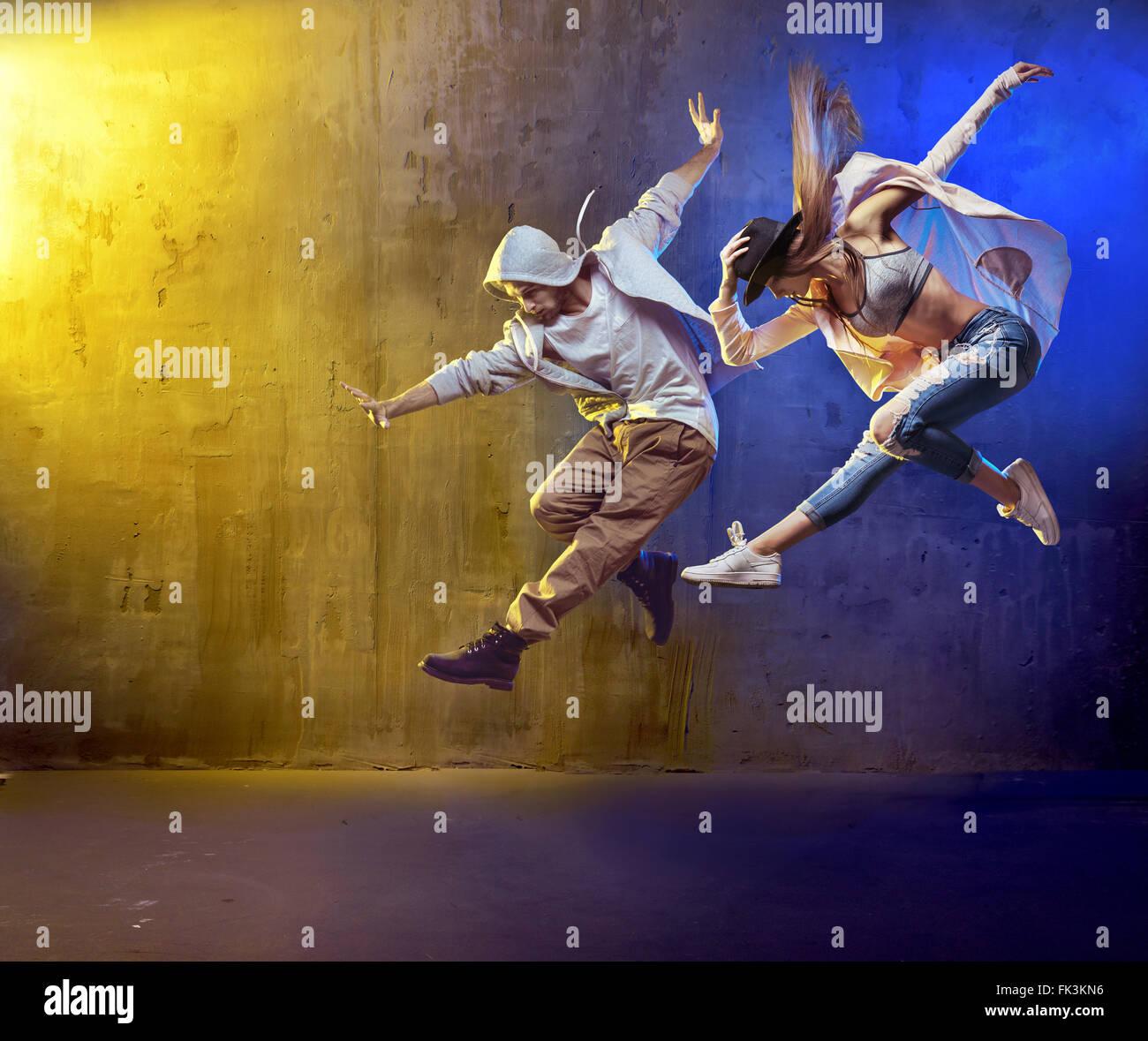 Stilvolle Tänzer tanzen an einem konkreten Ort Stockbild