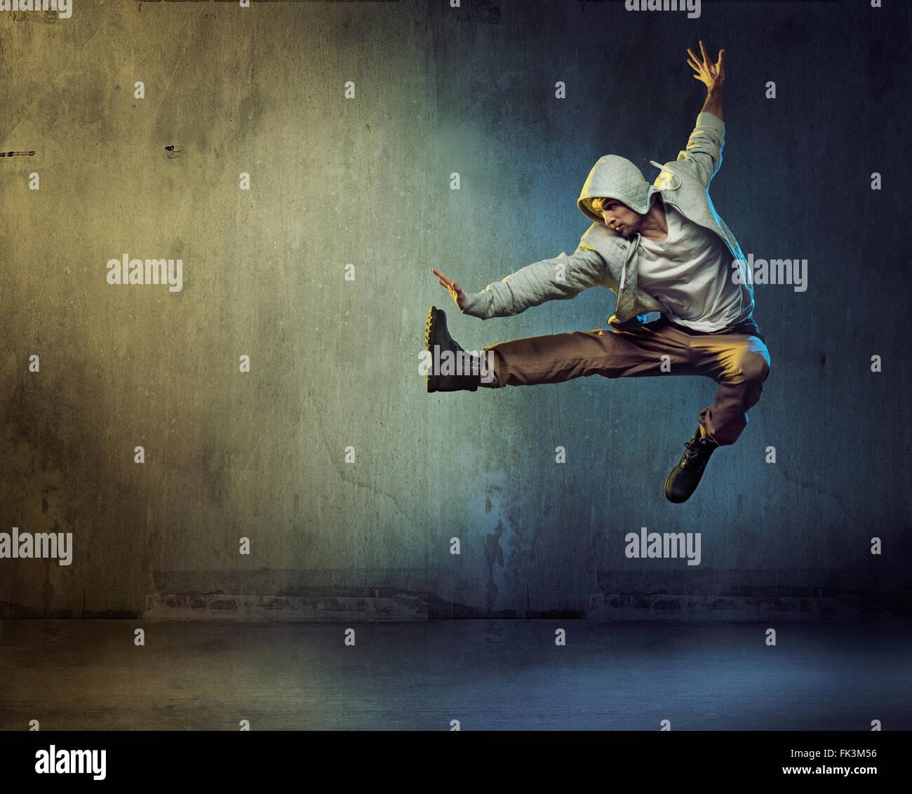 Sportlicher Tänzer in einer super Sprung pose Stockbild