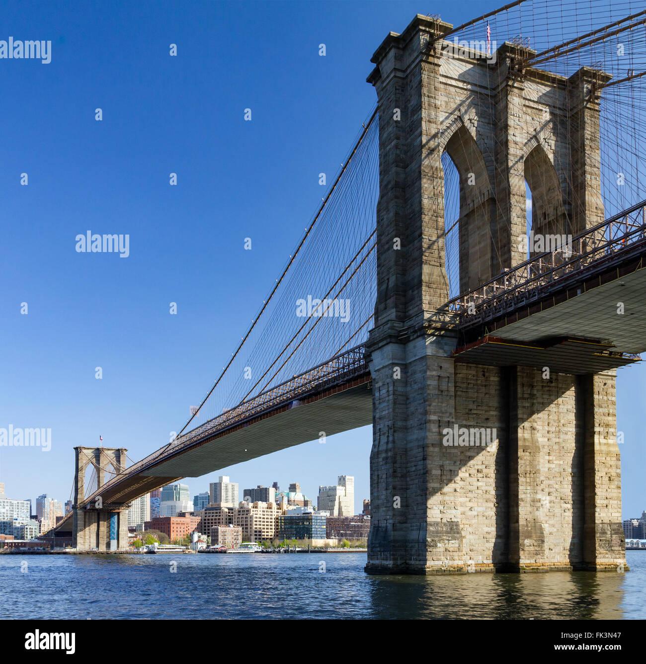 Brooklyn Bridge und die Skyline von Manhattan, New York City gesehen Stockbild