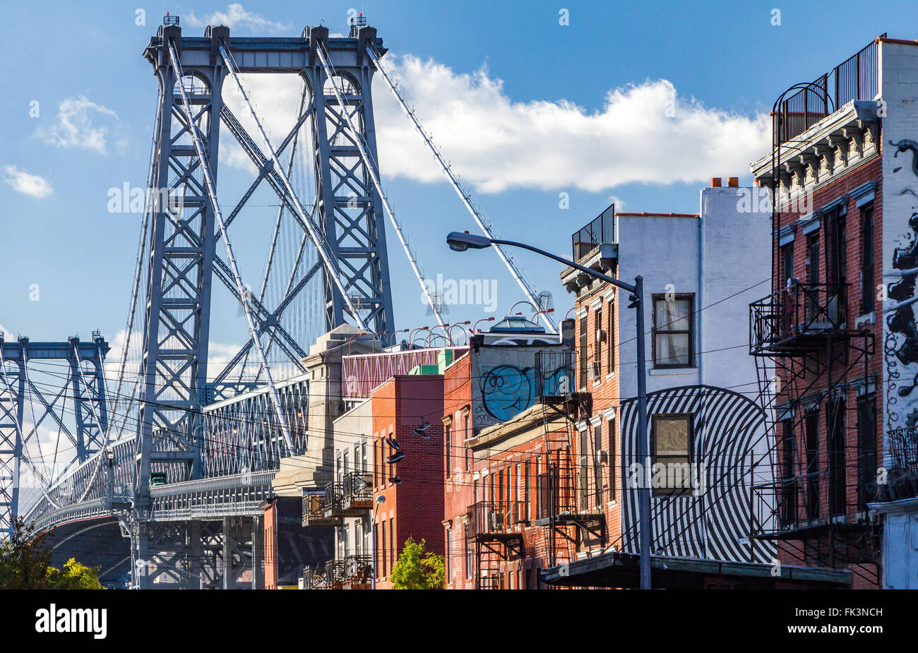 brooklyn stra enszene mit block der geb ude in der n he von der williamsburg bridge in new york. Black Bedroom Furniture Sets. Home Design Ideas
