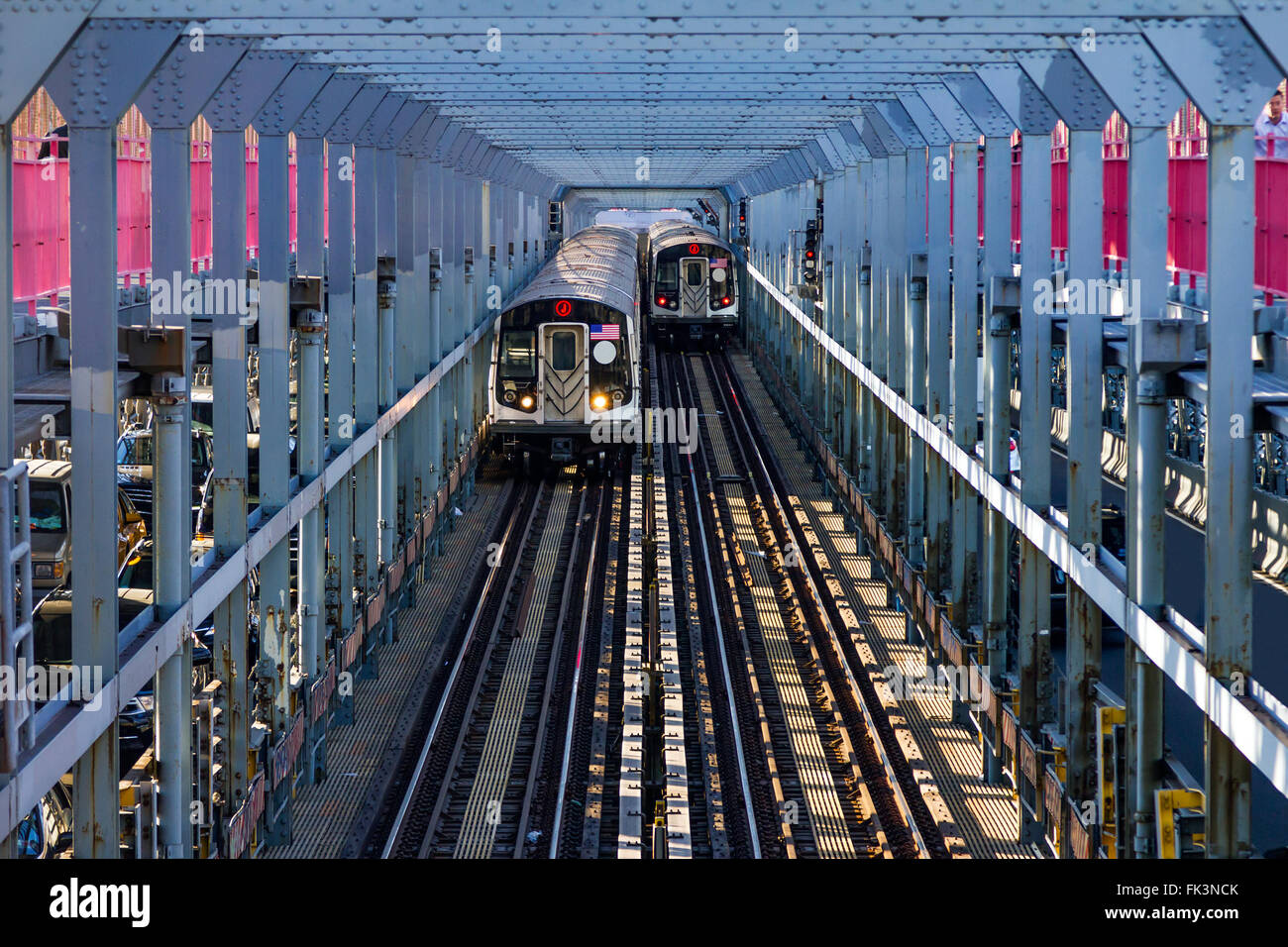 U-Bahn-Wagen über die Williamsburg Bridge zwischen Brooklyn und Manhattan in New York City Stockbild