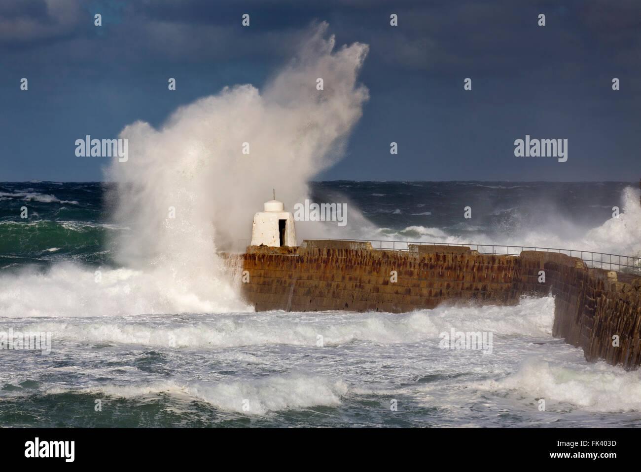 Portreath; Die Welle bricht Pier; Cornwall; UK Stockbild