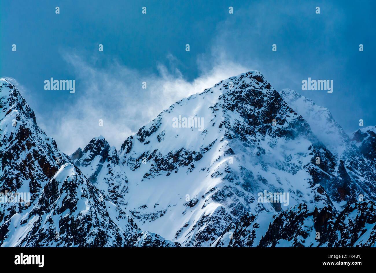Wirbelnden Schnee gefangen im Licht auf einem stürmischen Berg in Österreich. Stockbild