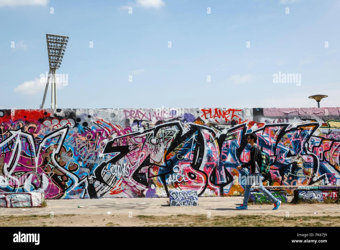 Menschen, die von der Berliner Mauer im Mauerpark, Prenzlauer Berg, Berlin, Deutschland, Europa Stockbild