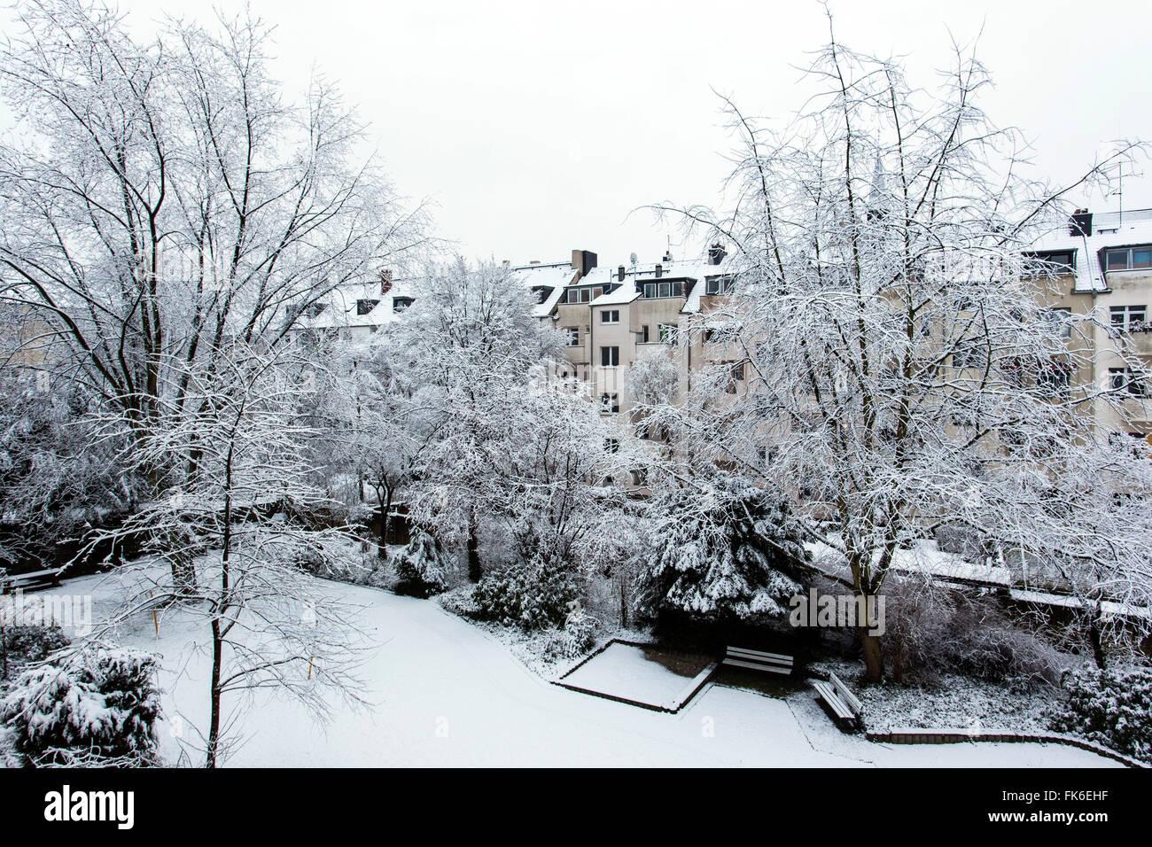 Schnee Landschaft In Einem Hinterhof In Düsseldorf, Nordrhein Westfalen,  Deutschland