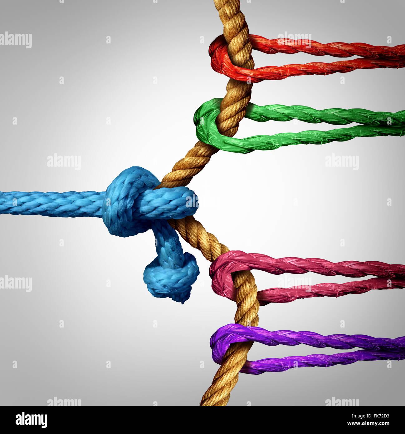 Kampf um Erfolg Tauziehen gegen eine große Gruppe von Konkurrenten als ein Team von Seilen arbeiten und ziehen Stockbild