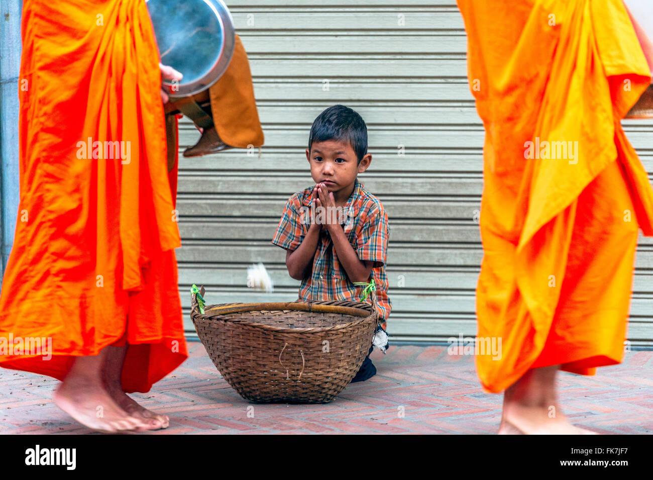 Asien. Süd-Ost-Asien. Laos. Provinz von Luang Prabang, Stadt Luang Prabang, armer kleiner Junge Almosen von Stockbild