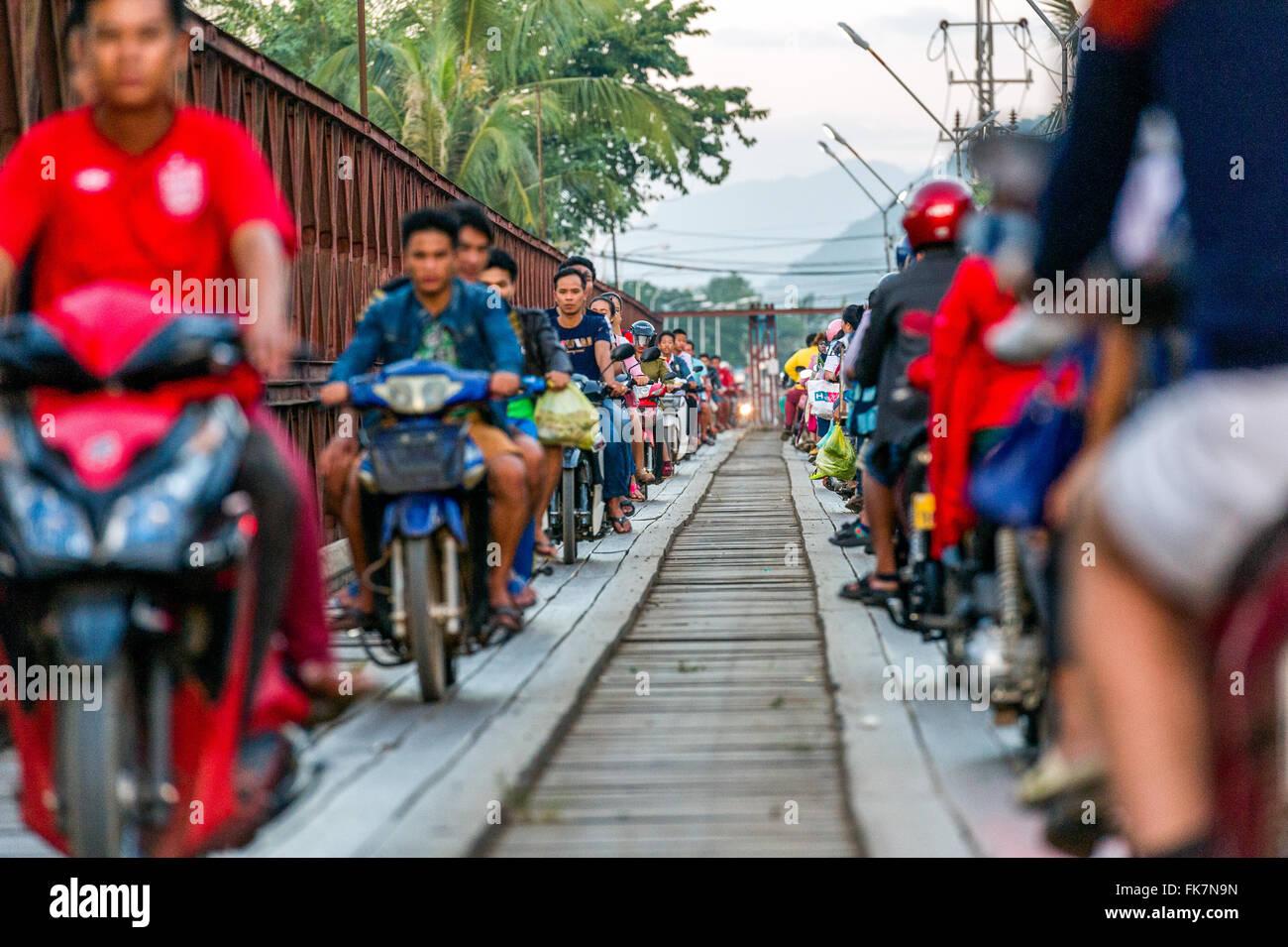 Asien. Süd-Ost-Asien. Laos. Luang Prabang, Verkehr auf der Brücke über den Fluss Nam Khan. Stockbild