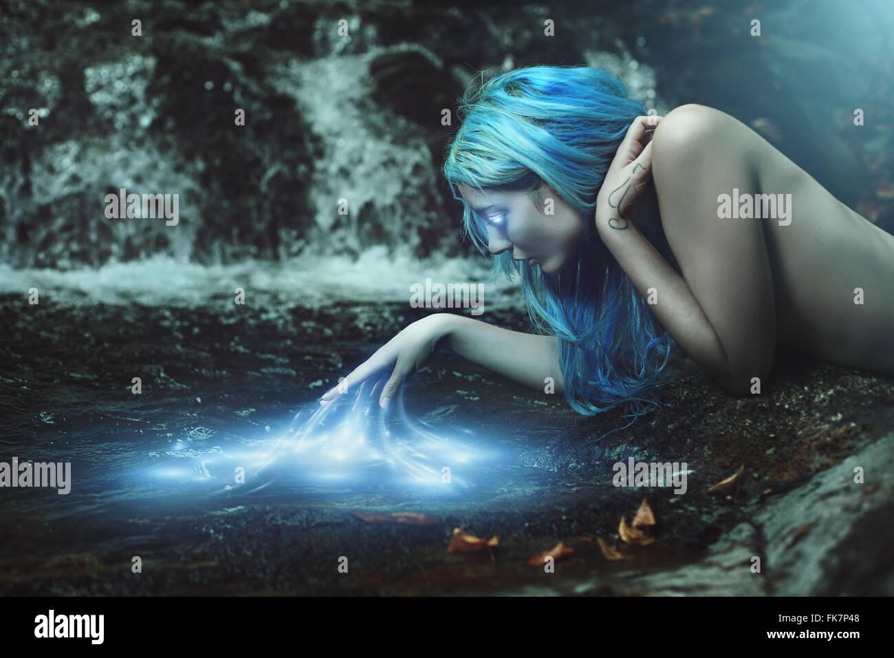 Fluss-Nymphe mit magischen Wasser Energien. Fantasie und Mythos Stockbild