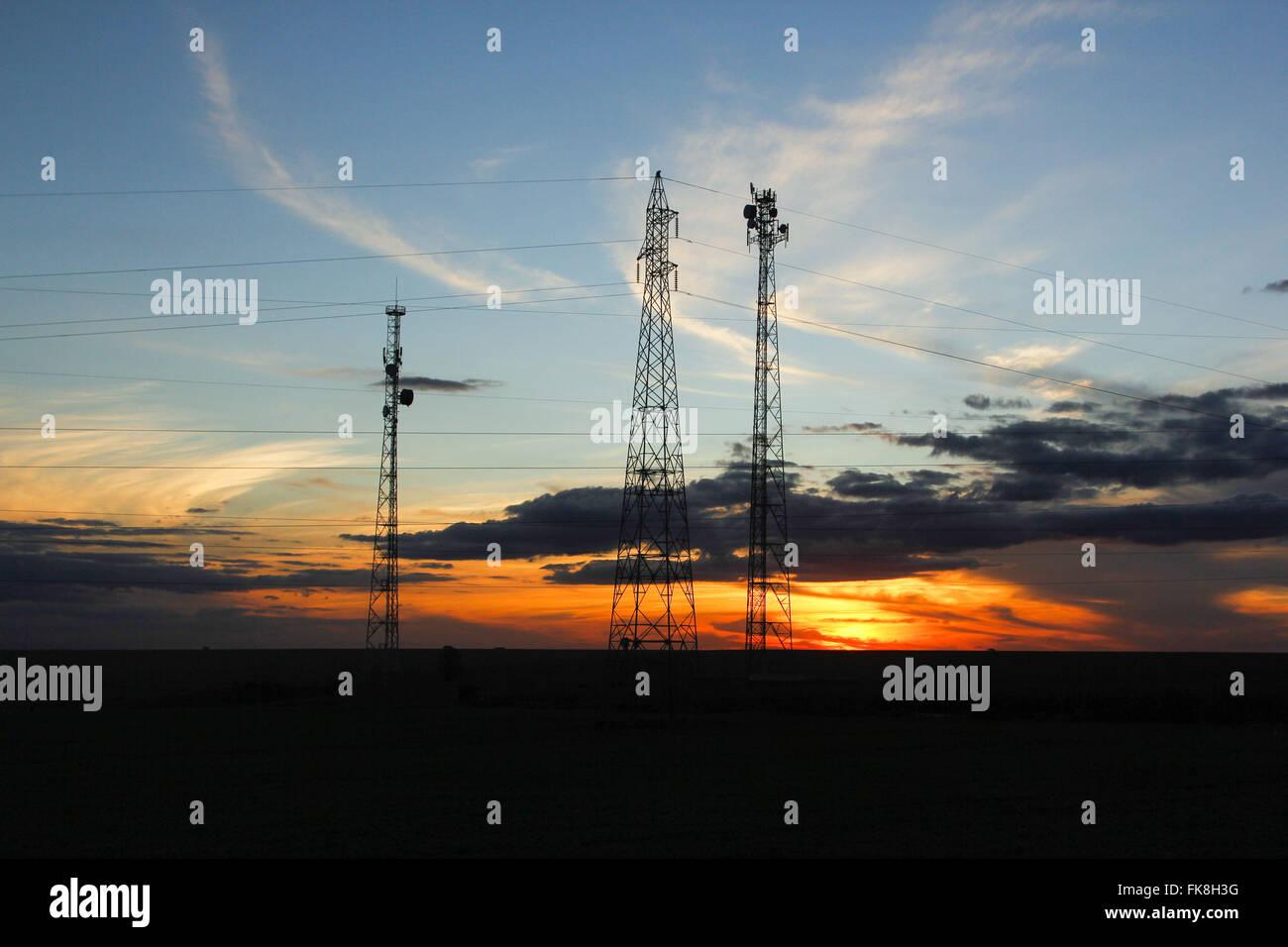 Türme der elektrischen Energieübertragung und Telekommunikation am späten Nachmittag Stockbild
