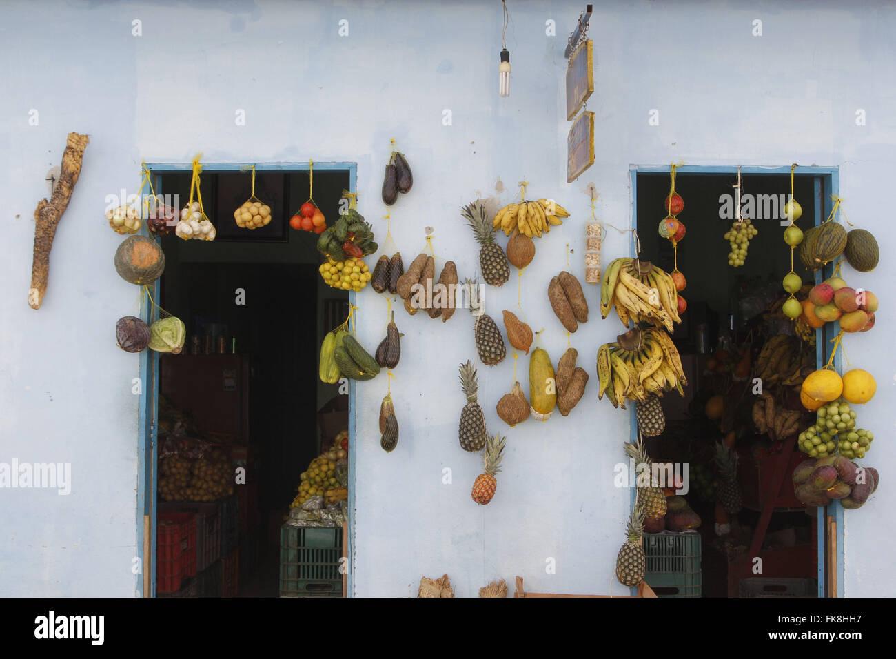 Obst und Gemüse zum Verkauf vor dem Lebensmittelgeschäft in der historischen Innenstadt Stockbild