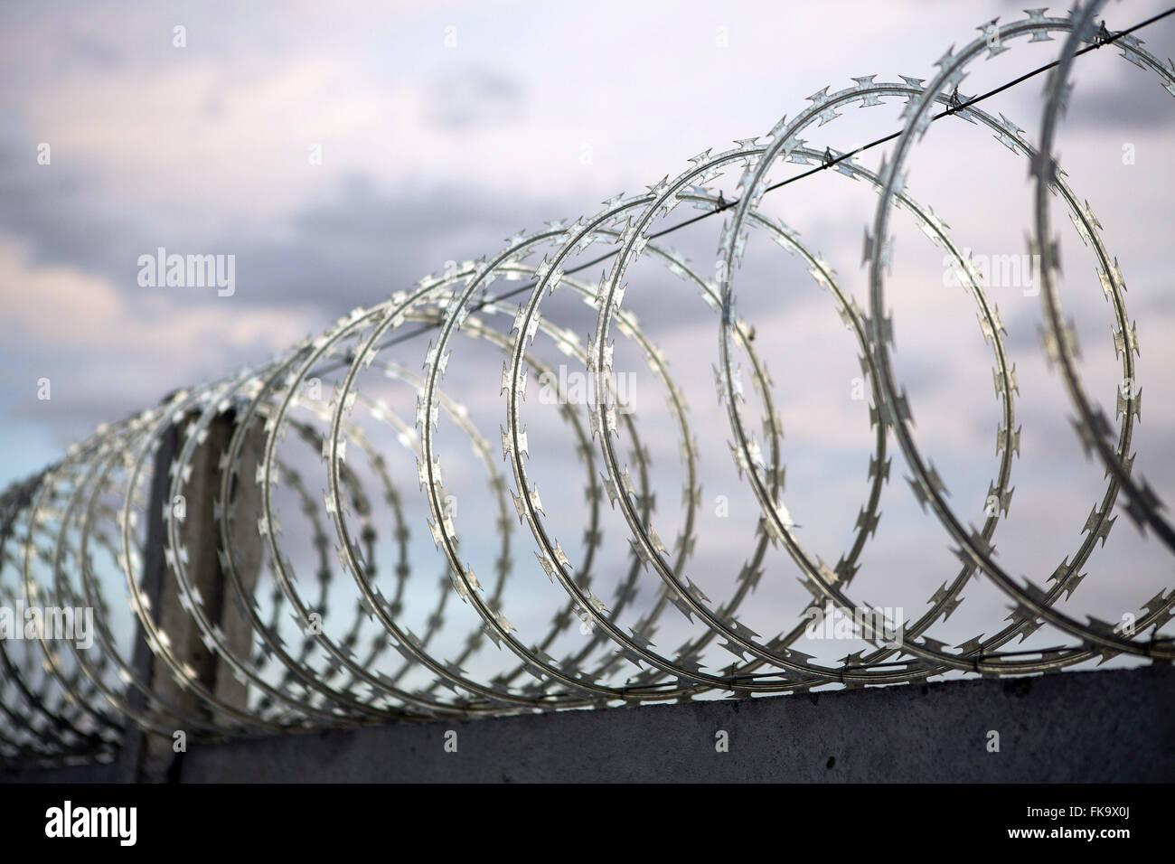 Zaun mit Stacheldraht in einem gesicherten Bereich des Windparks Quelle der Winde Stockbild