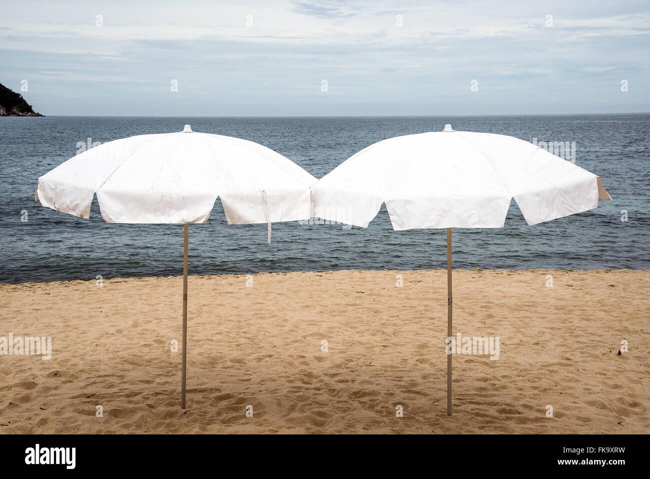 Pannen-Schirme zum Meer. Stockbild