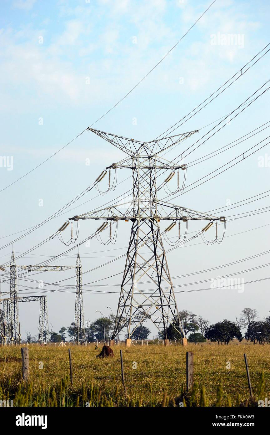 Leitungen von elektrischer Energie in der einzigen Insel Wasserkraftwerk produziert Stockbild