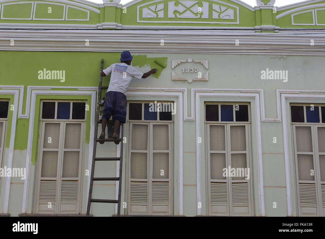 Arbeiter Malerei Fassade des kolonialen townhouse Stockbild