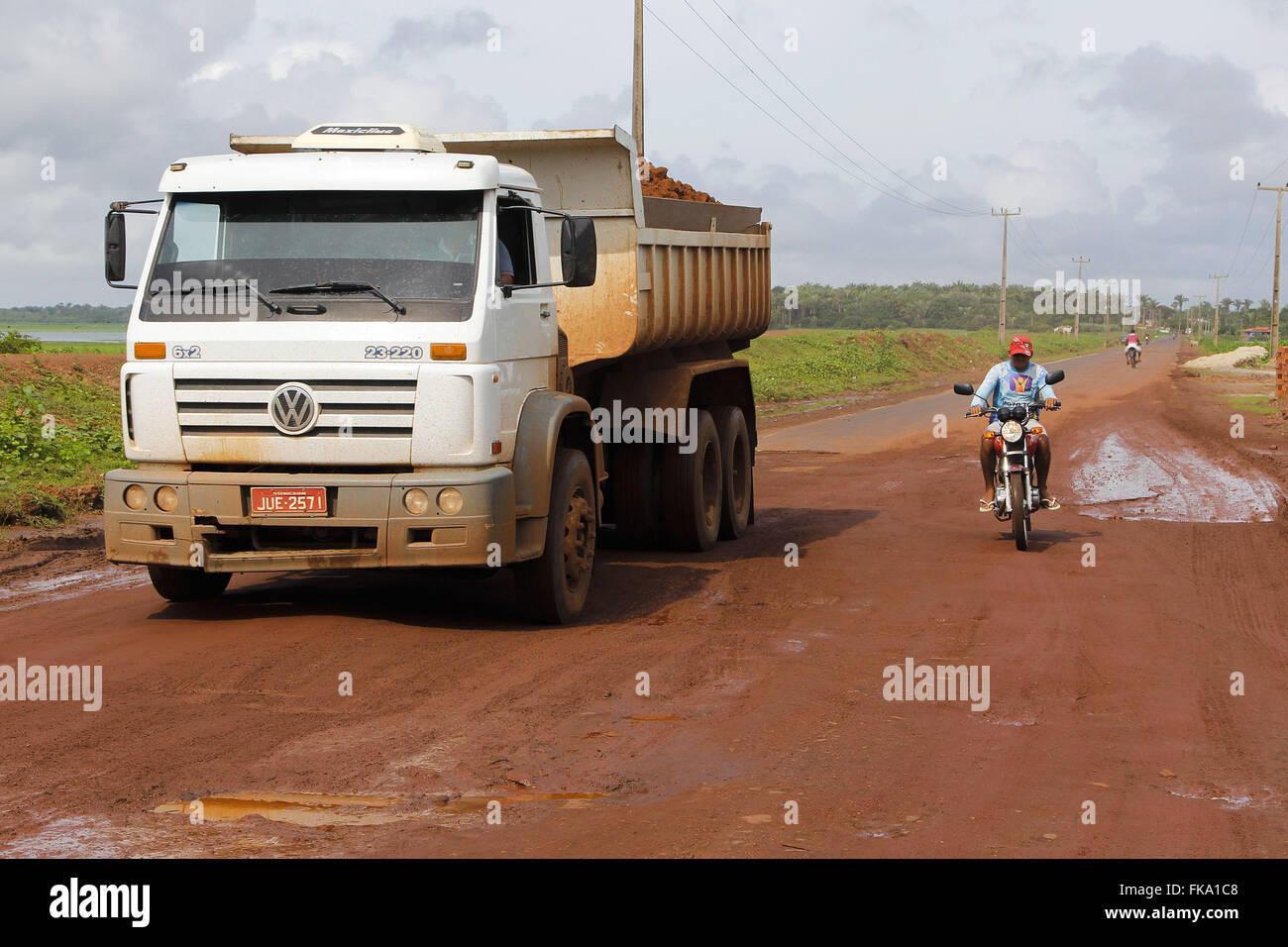 LKW und Motorrad Reisen auf holprigen Strecken des Landes und der Autobahn MA-014 Stockbild