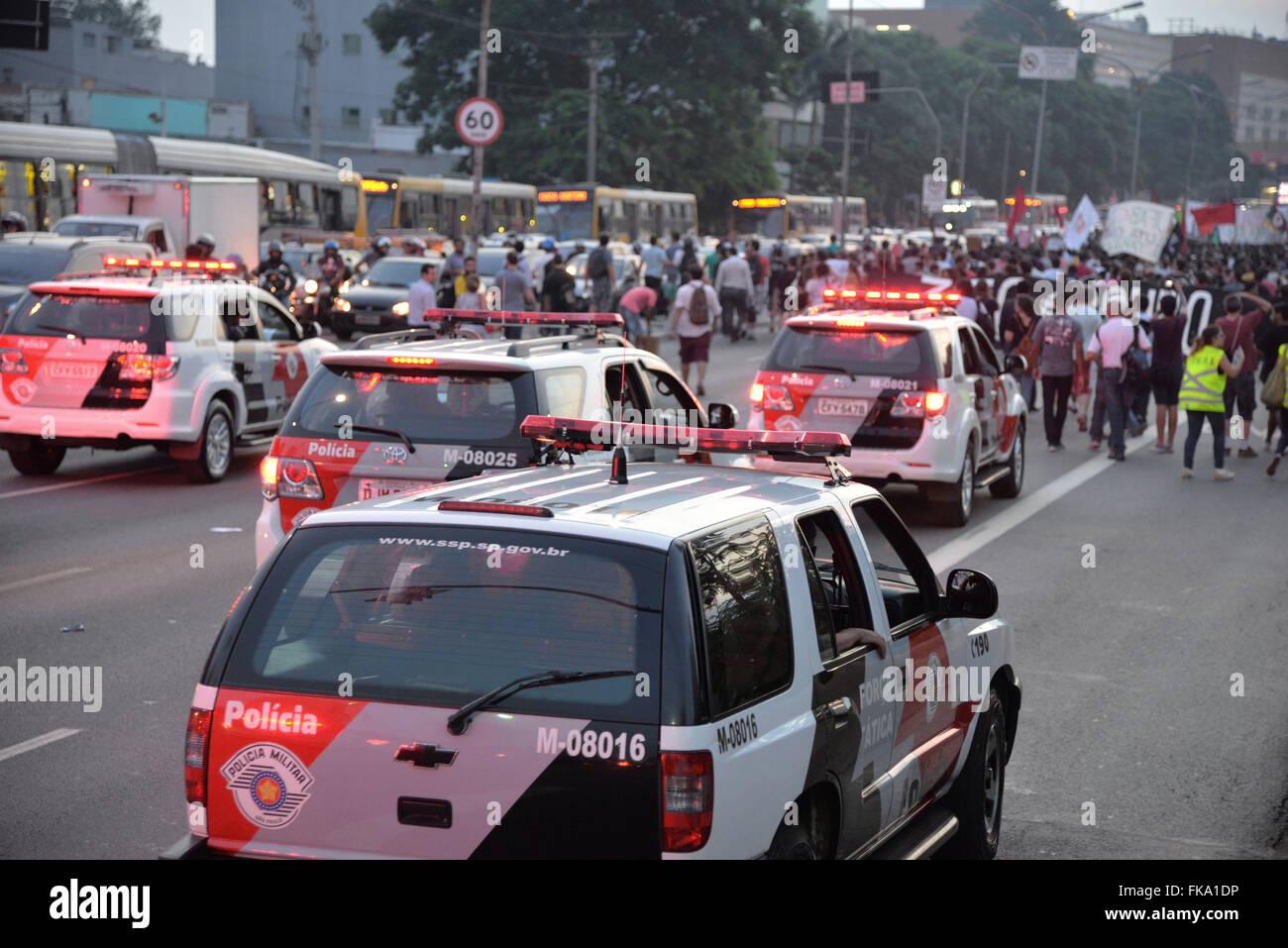 Autos-Militärpolizei begleiten Demonstration gegen erhöhten Fahrpreis Stockbild