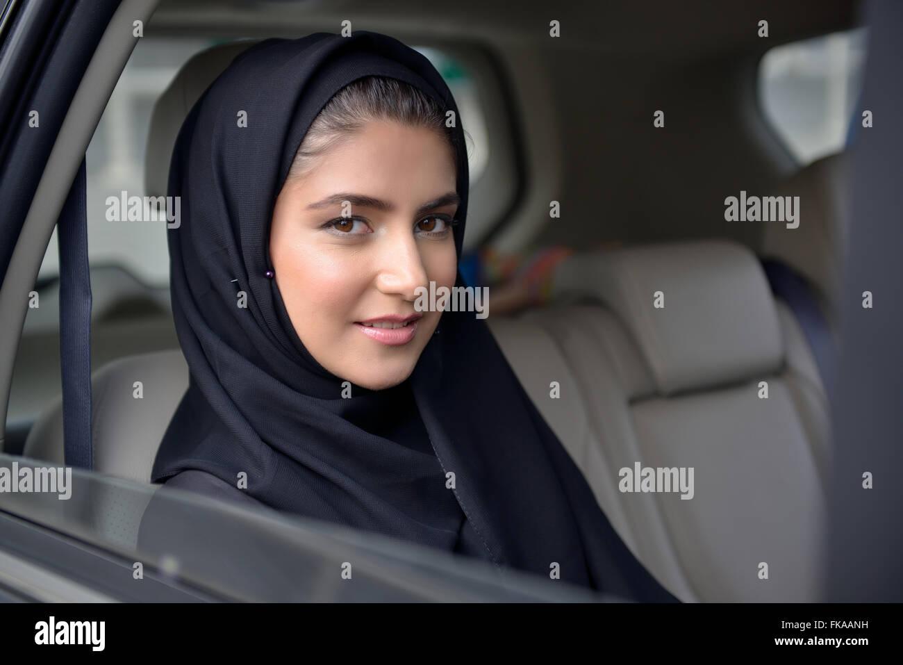 Emirati Young Business-Frau im Auto Stockbild