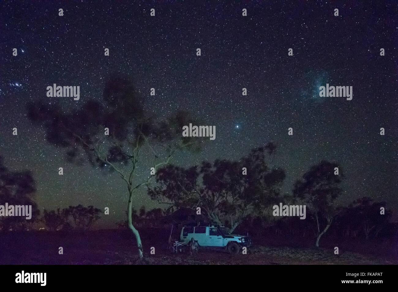 Camping unter dem Nachthimmel über der Pilbarra, Western Australia Stockfoto