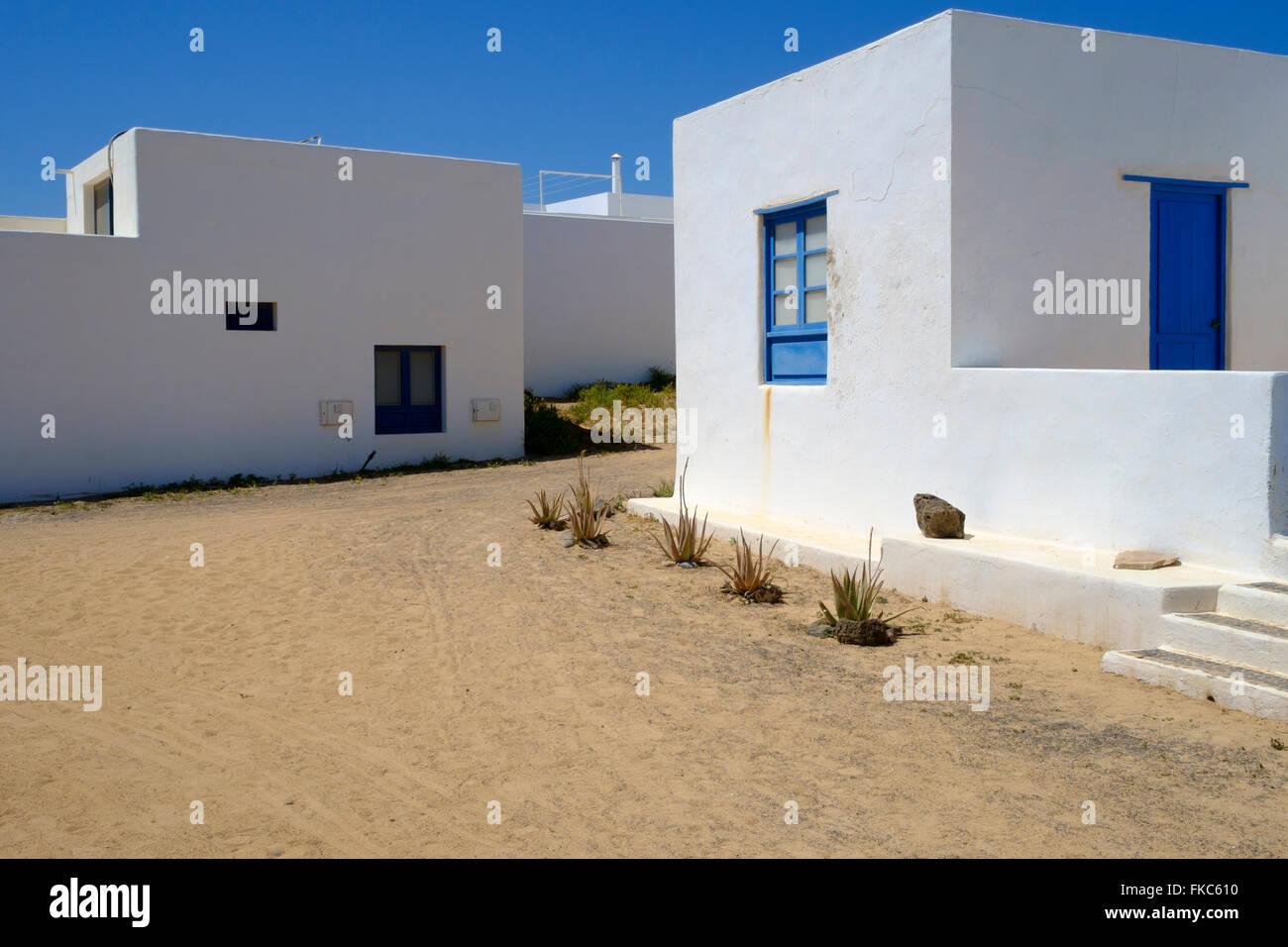 Weiße Häuser in Avenida Virgen del Mar, Caleta de Sebo, La Graciosa, Kanarische Inseln, Spanien, Europa. Stockbild