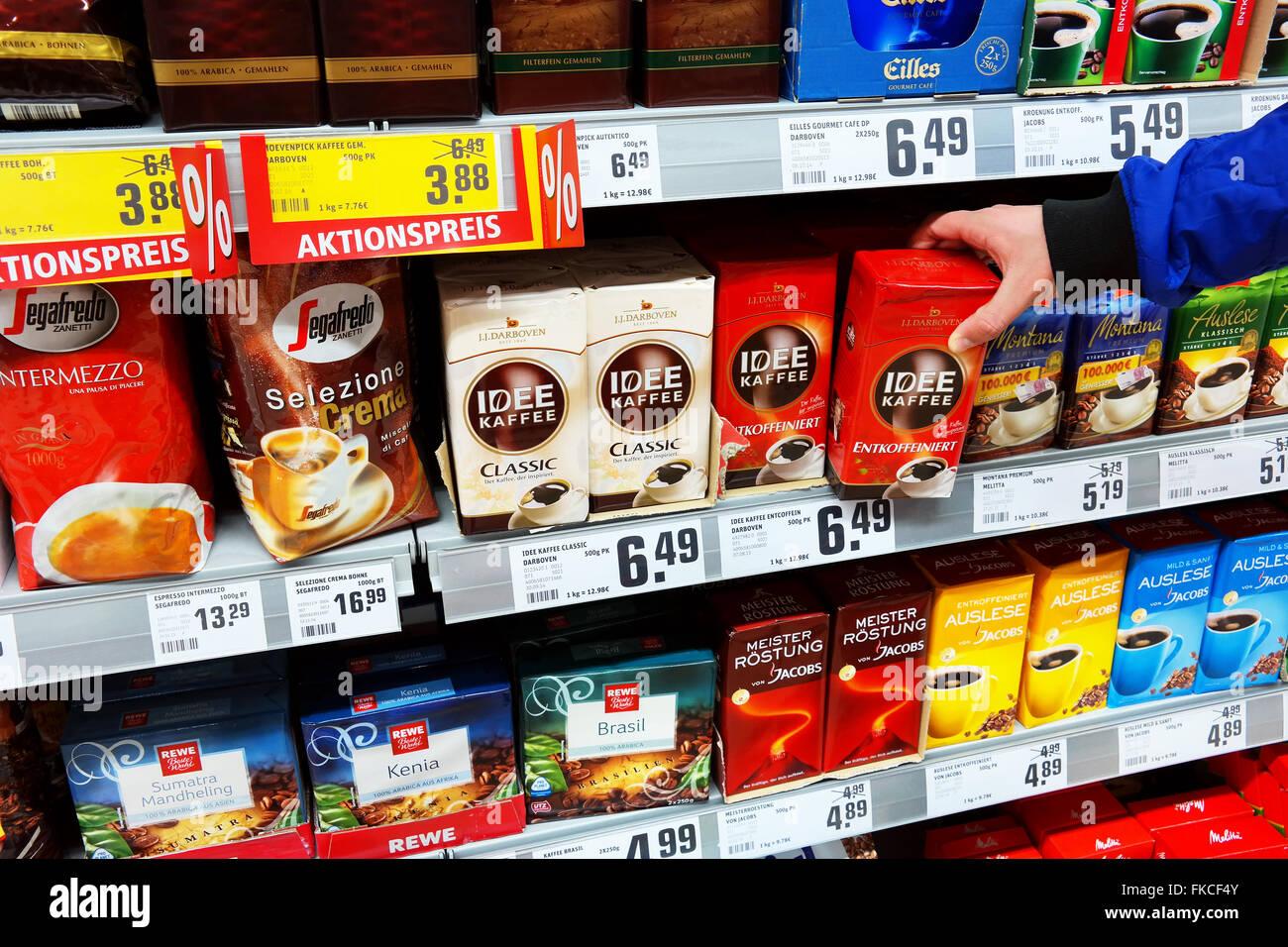Auswahl von Kaffee in einem Supermarkt Stockbild