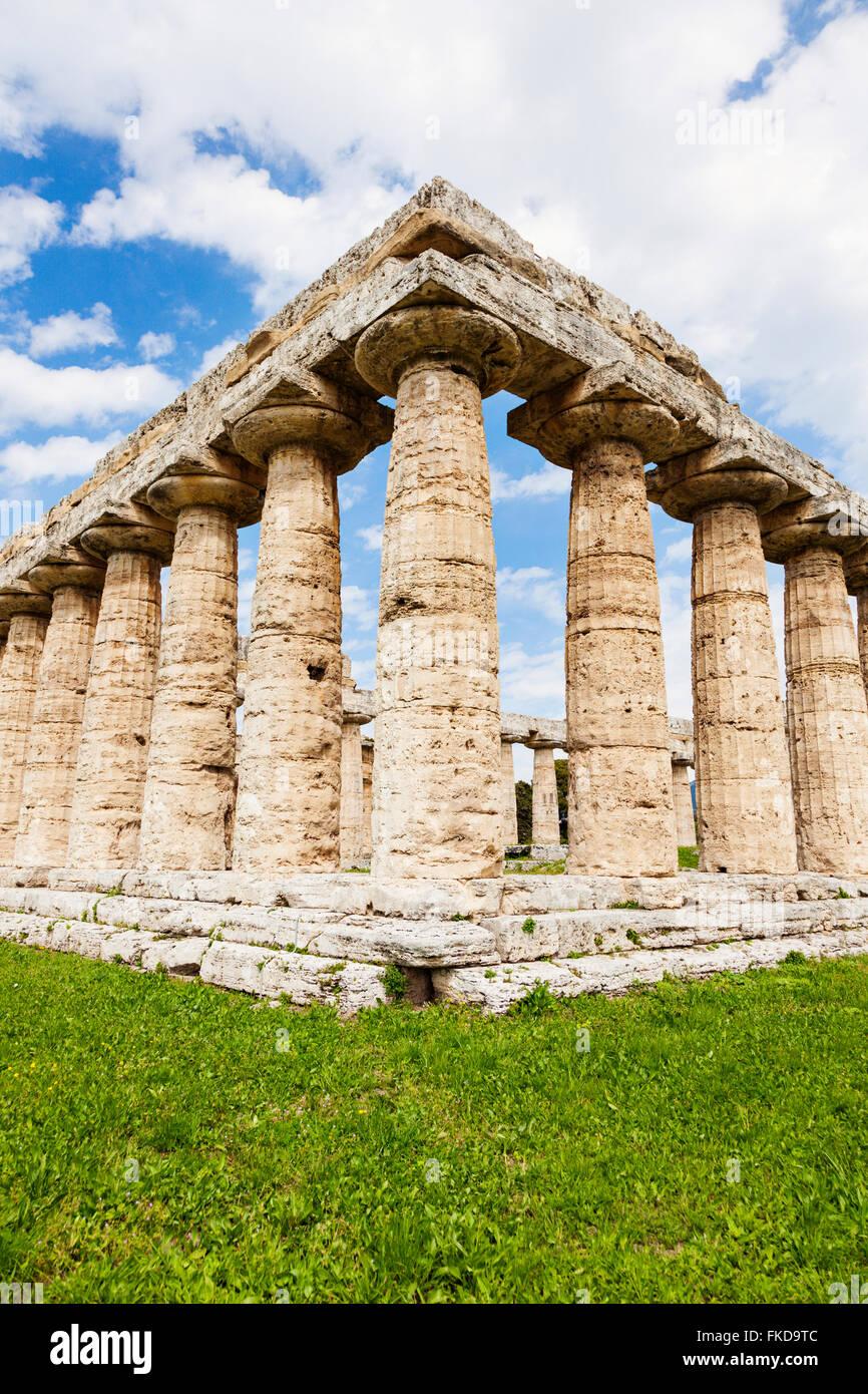 Alten architektonischen Säulen von Paestum Ruinen auf dem Rasen Stockbild