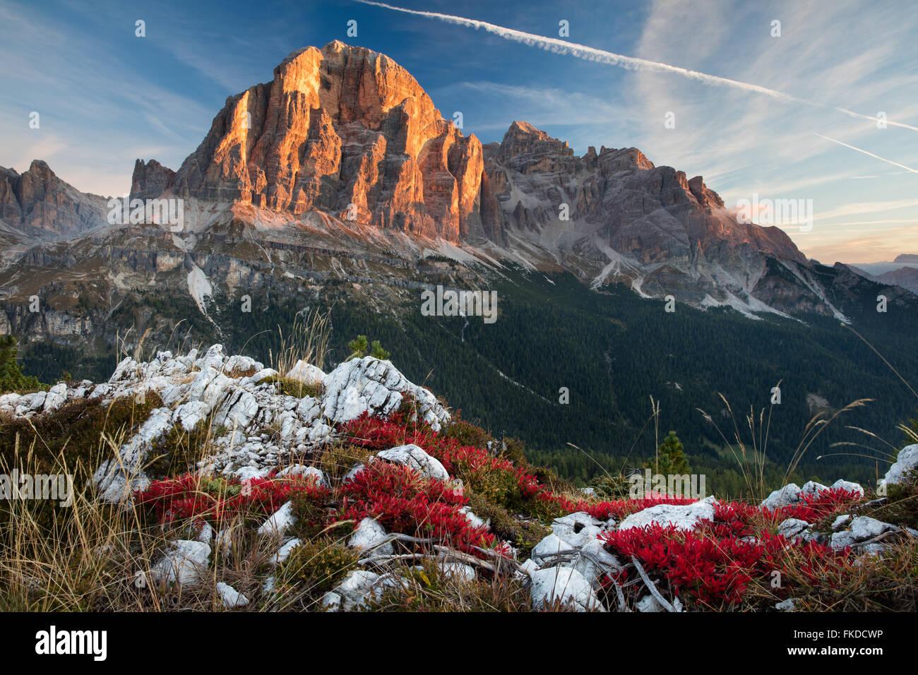 erstes Licht auf Tofana de Rozes von Cinque Torri, Dolomiten, Provinz Belluno, Region Venetien, Italien Stockbild
