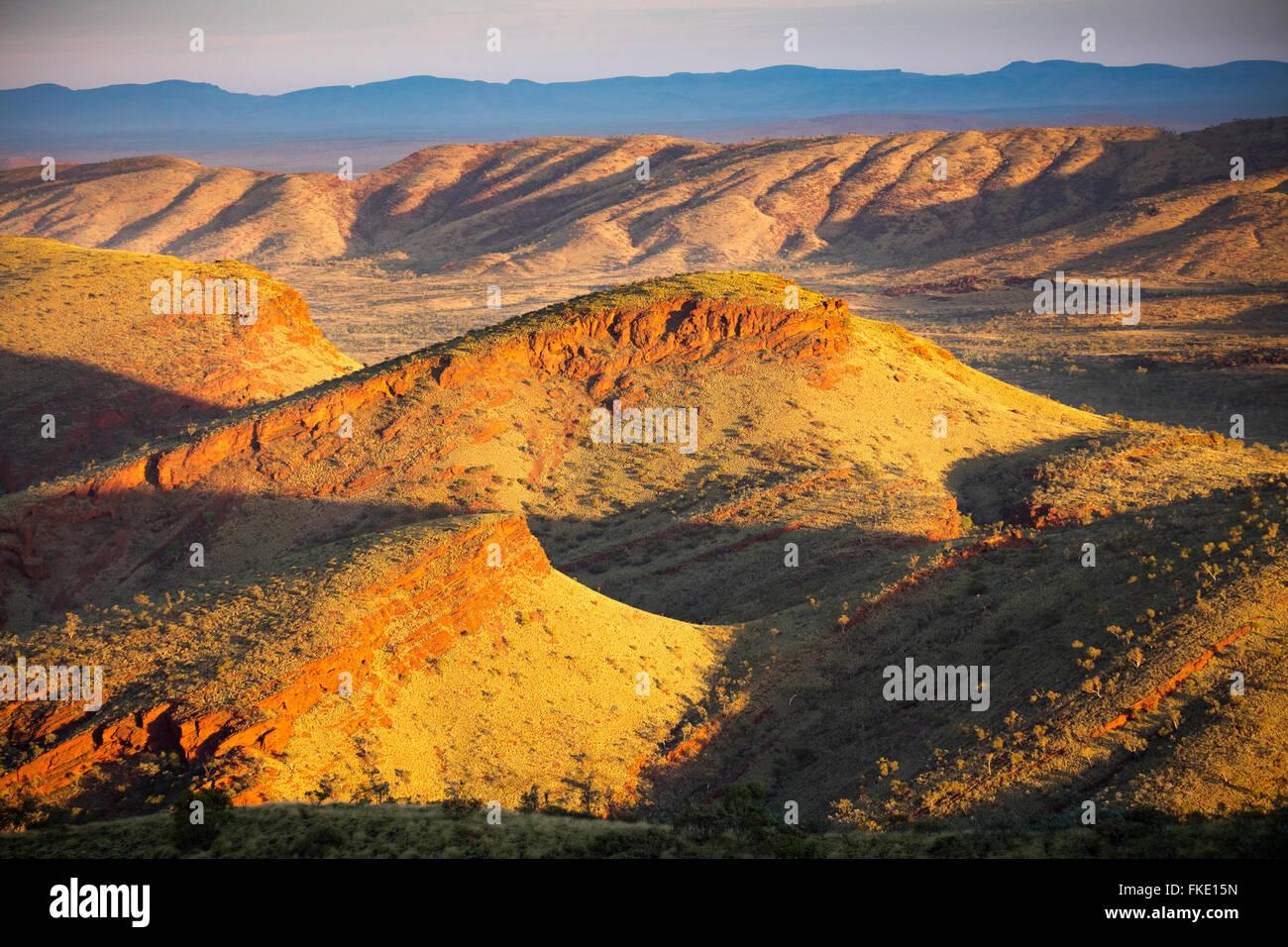 der Pilbara-Region in der Nähe von Tom Price vom namenlosen Berg, Western Australia Stockbild