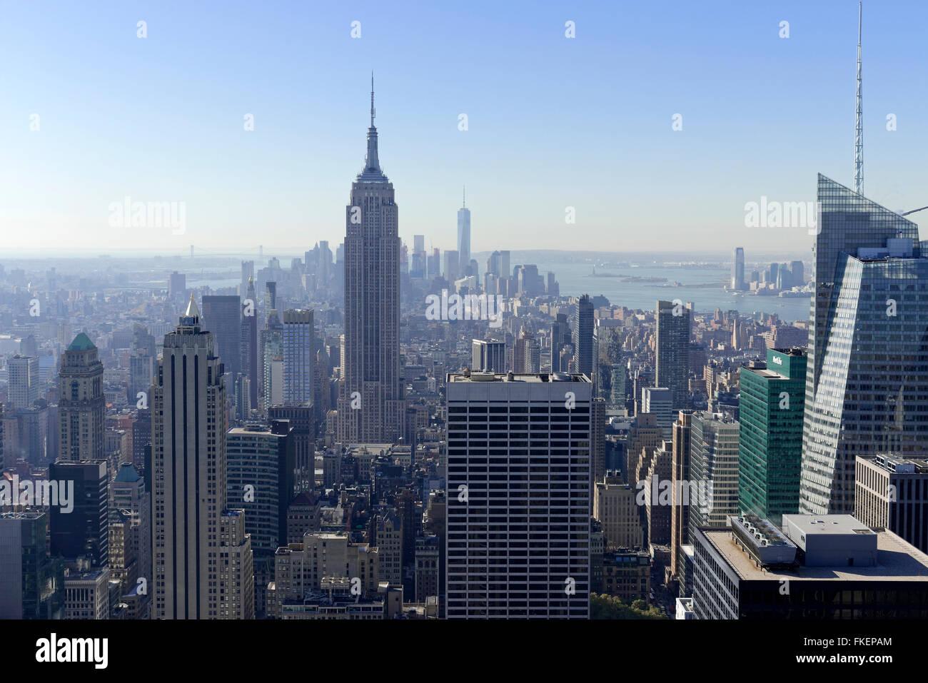 Blick auf Downtown Manhattan und das Empire State Building vom Rockefeller Center in Manhattan, New York City, New Stockbild