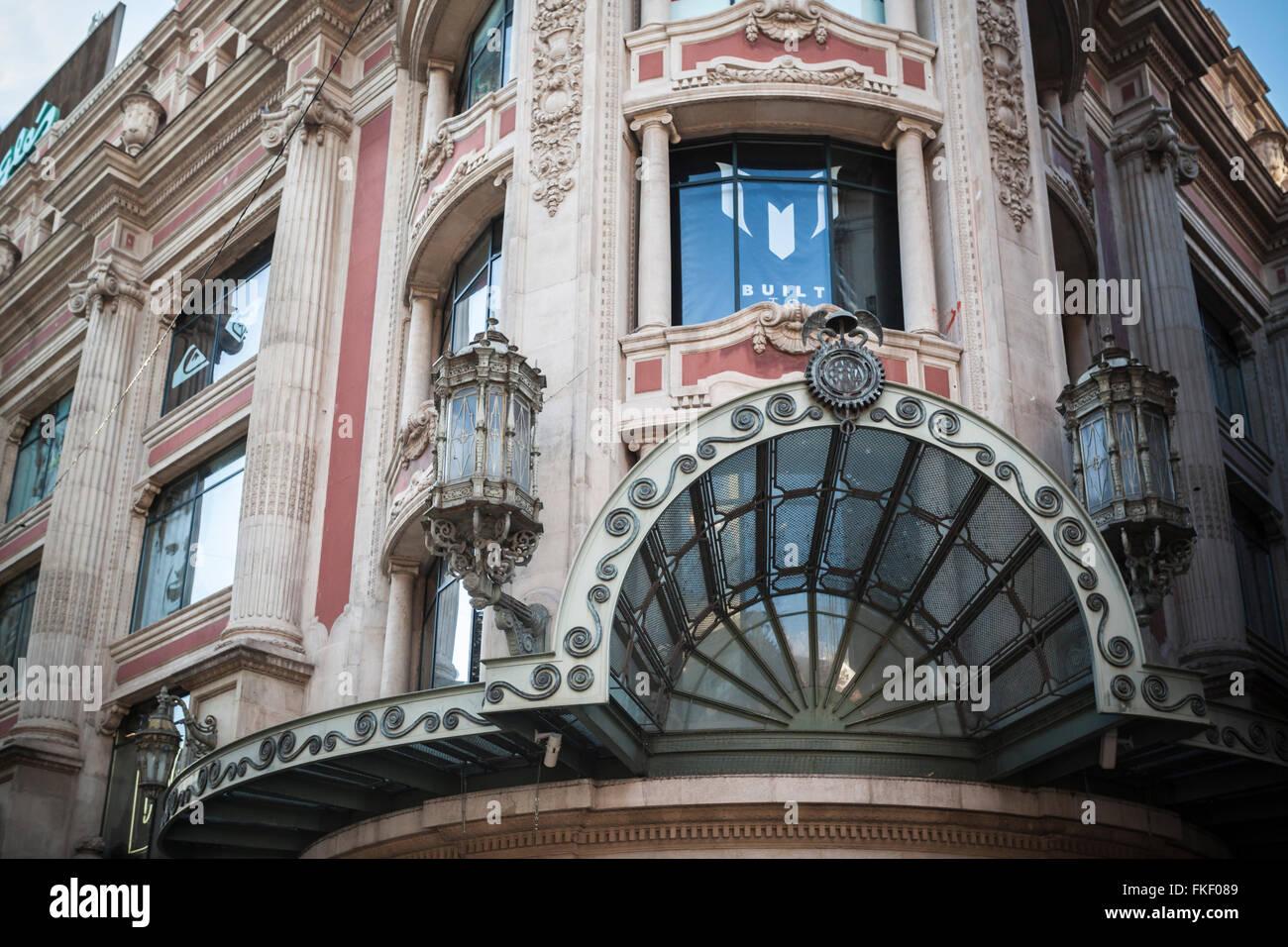Gebäude-Fassade El Corte Ingles, Portal Angel, Barcelona. Stockbild