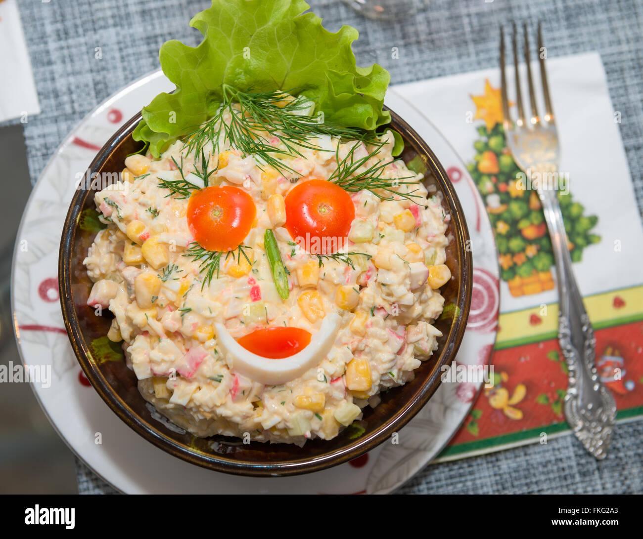 Essen Dekoration essen hintergrund salat olivier nahaufnahme grüne erbsen gurken