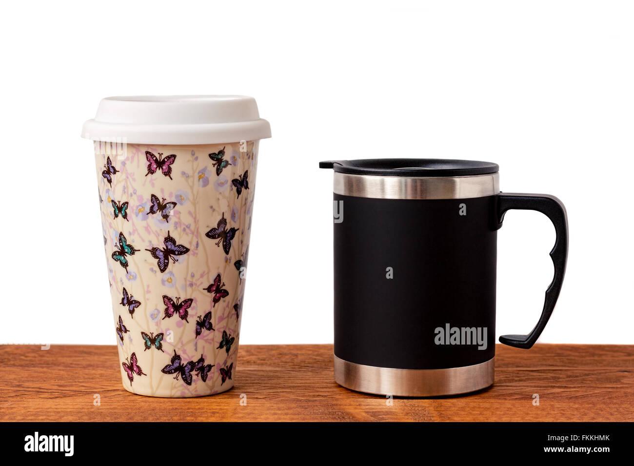 Zwei isolierte Kaffeetassen auf einem Holztisch. Stockbild
