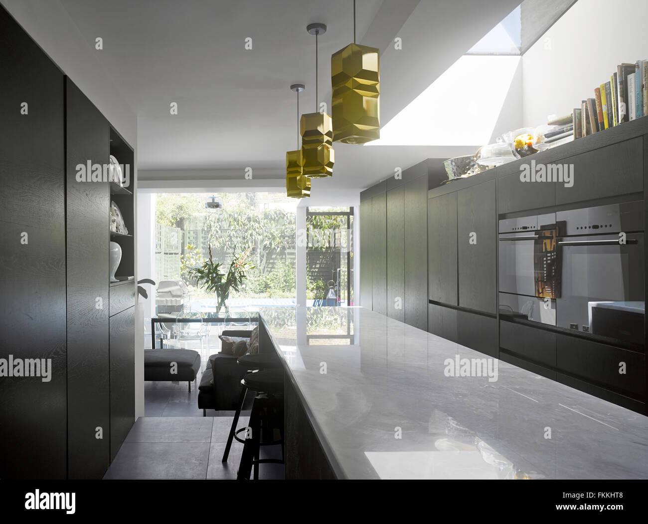 Einen Überblick über eine offene Küche in einem modernen Haus, ein ...