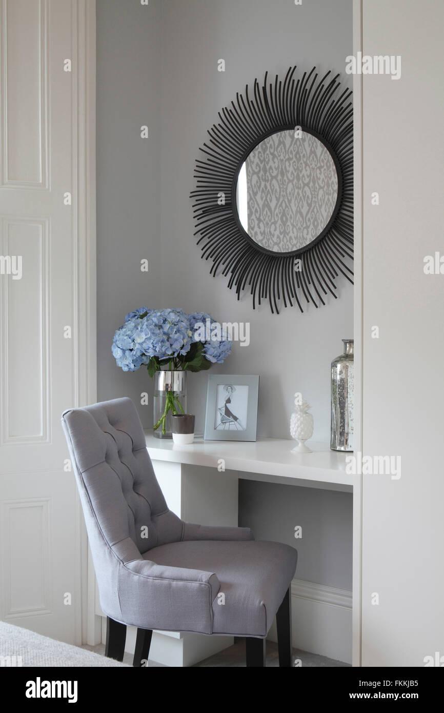 Die Innenansicht Von Einem Modernen Schlafzimmer Stuhl Und Schminktisch Und Moderne Spiegel Zeigen Stockfotografie Alamy