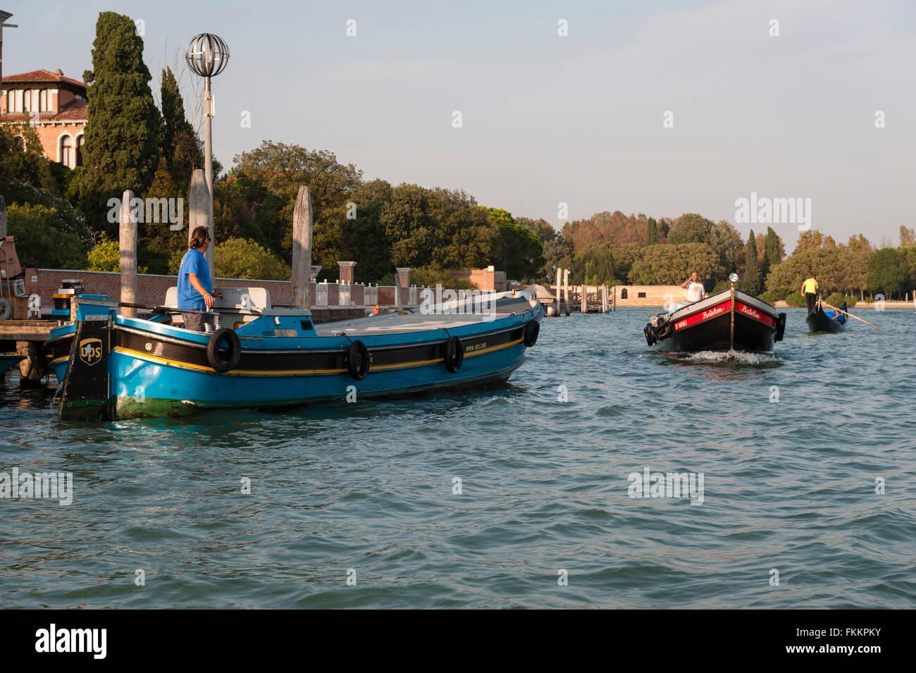 Venedig, Italien. Ein UPS (United Parcel Service, Inc.) Lieferung Lastkahn auf einen Kanal aus der Insel Giudecca Stockbild