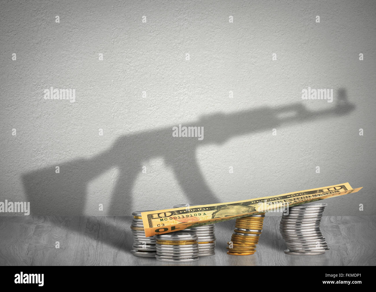 Finanzierung des Terrorismus Konzept, Geld mit Waffe Schatten Stockbild