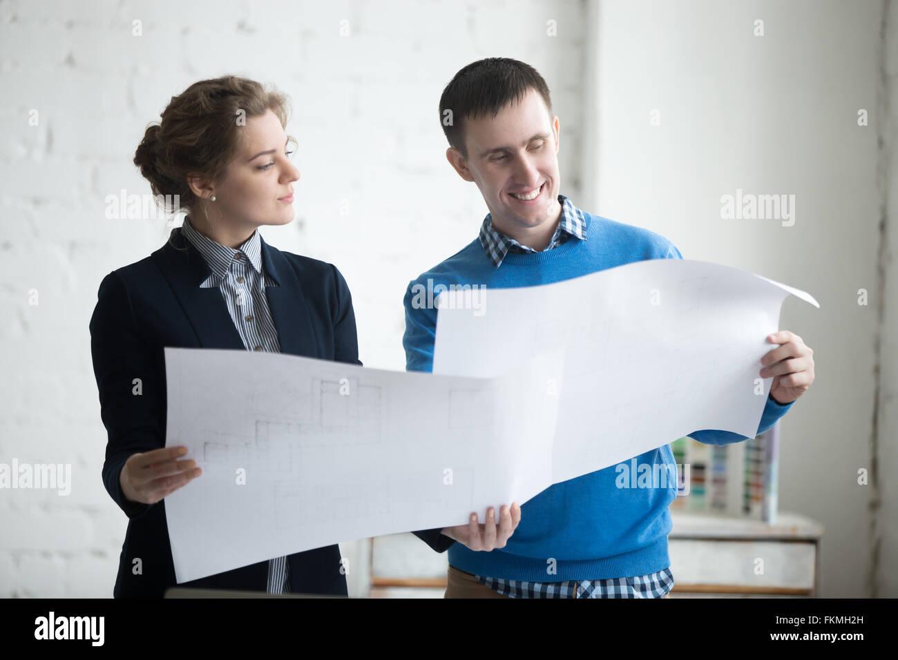 Zwei Kollegen Tagung diskutieren Konzept für neues Projekt und hält Blaupausen, Planungsarbeiten. Geschäftsentwicklung Stockbild