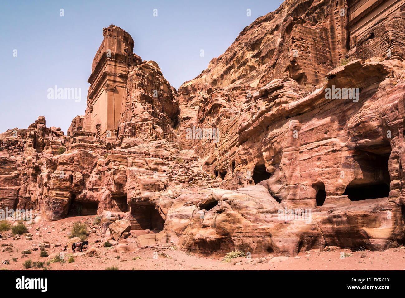 Bleibt der Gräber und Höhlen in die roten Felsen verlorene Stadt Petra, Haschemitischen Königreich Stockbild
