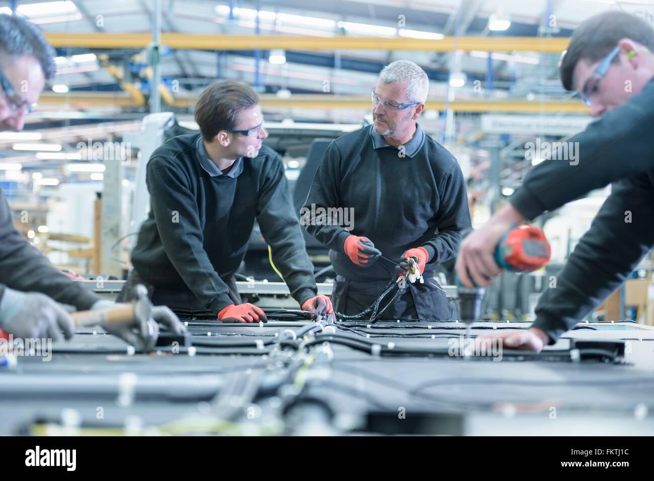 Arbeitnehmer auf Wohnmobil-Produktionslinie Stockbild