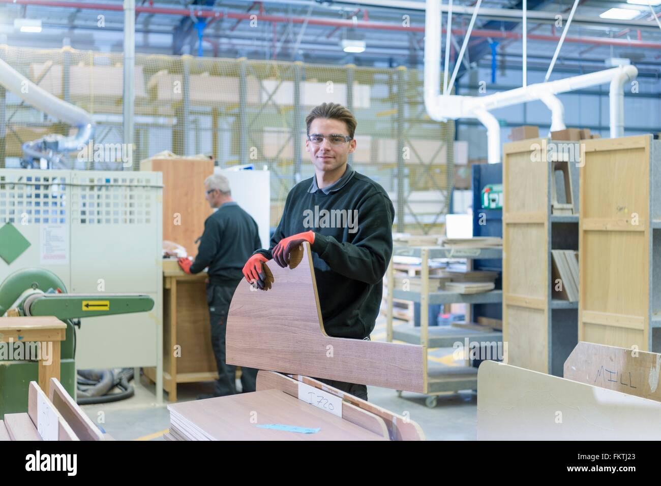 Porträt-Arbeiter auf Wohnmobil-Produktionslinie Stockbild