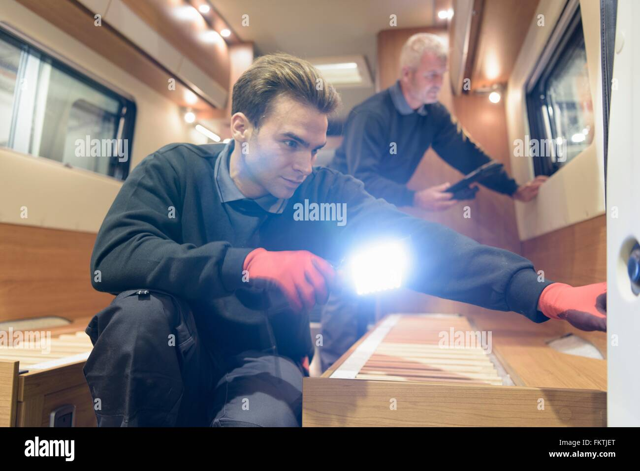 Arbeitnehmer, die Inspektion Fahrzeug auf Wohnmobil-Produktionslinie Stockbild