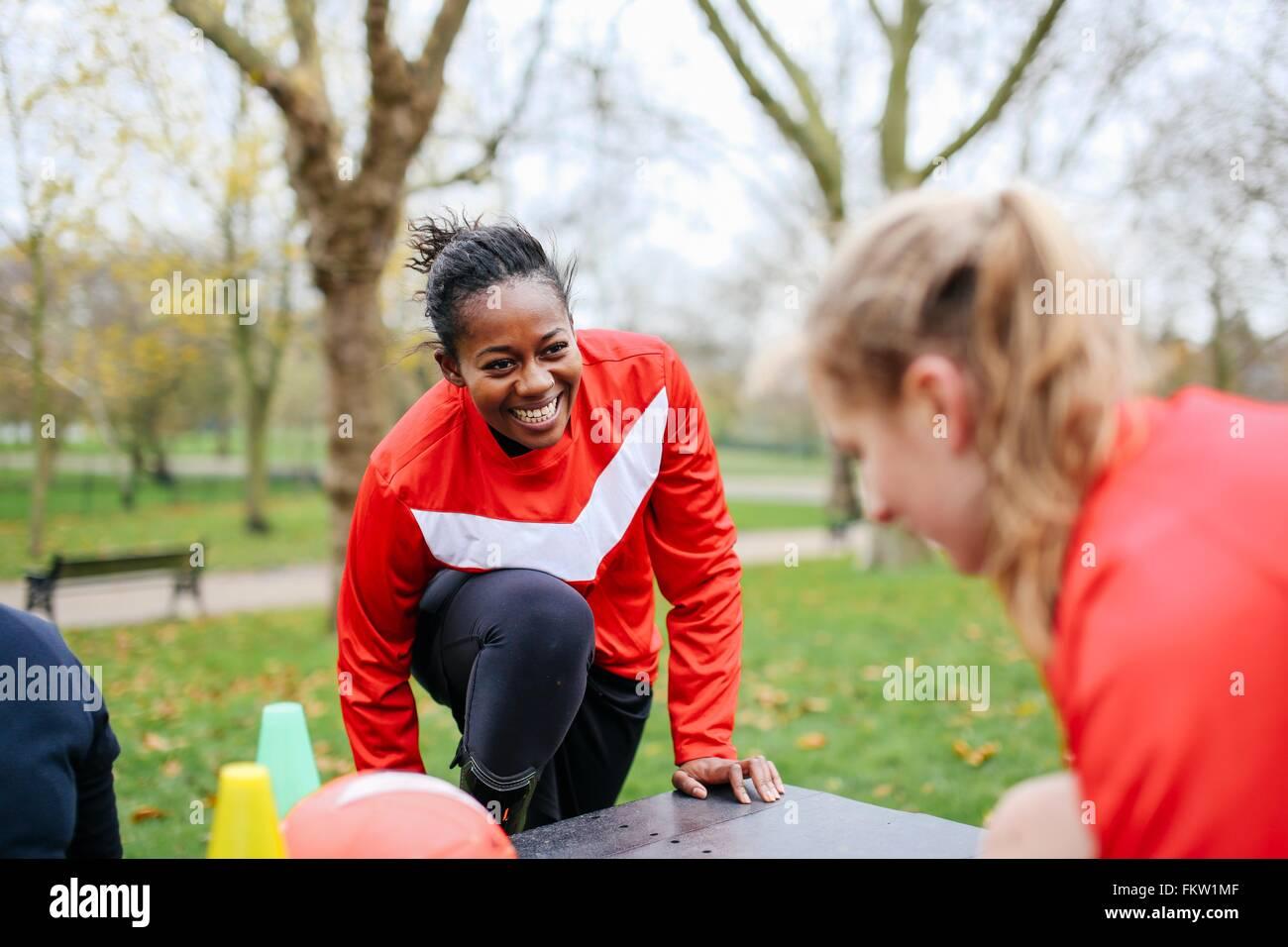 Erwachsene weibliche Fußball-Spieler spielen Fußball im Park wird vorbereitet Stockbild