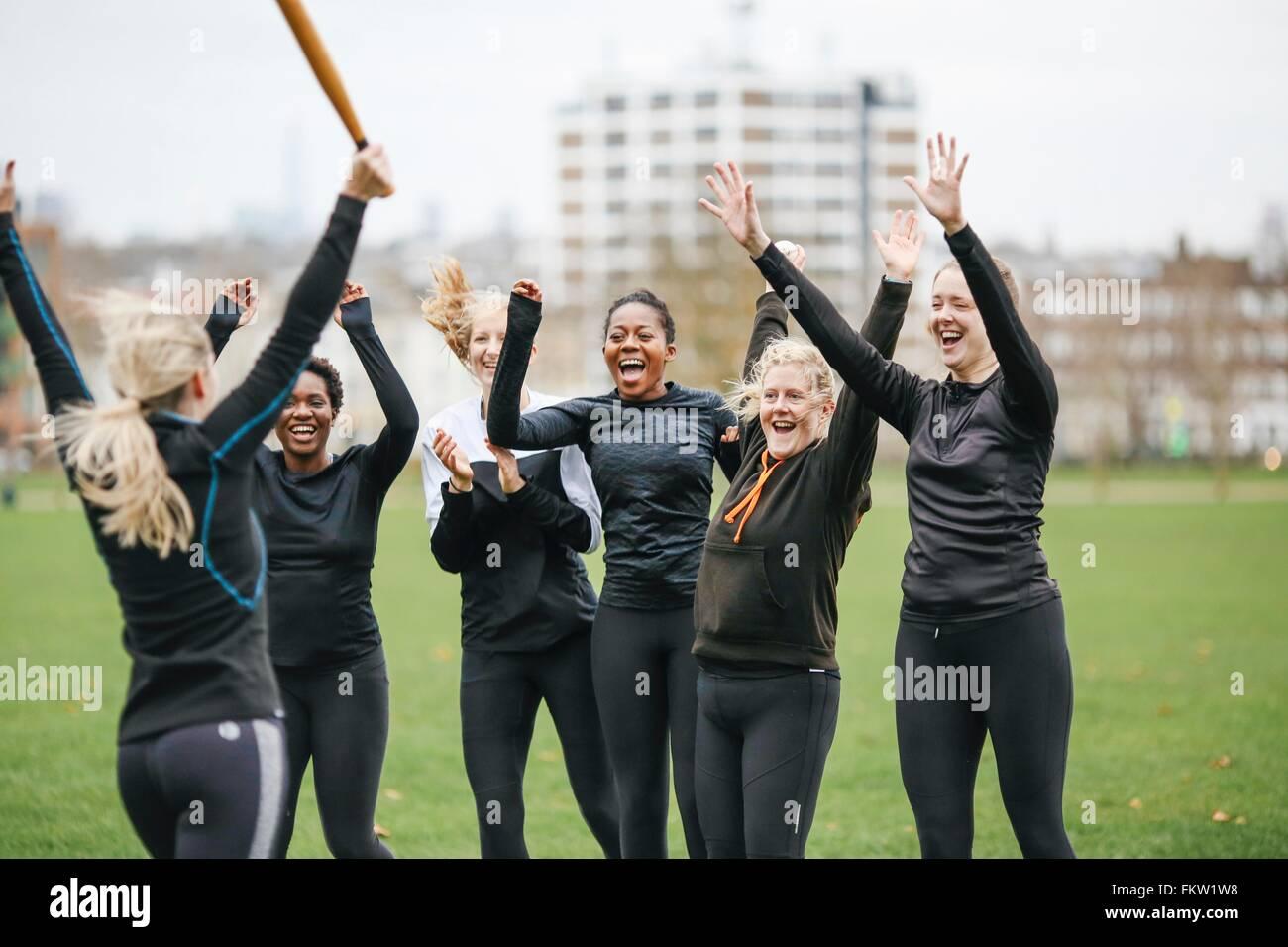 Weibliche Rounders Team feiert bei Rounders match Stockbild