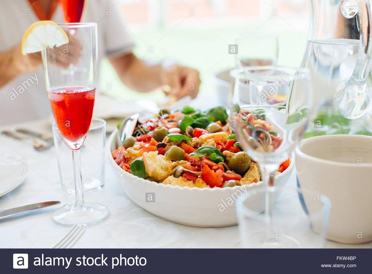 """Mann """"Friselle"""" Essen aus Süditalien Stockbild"""