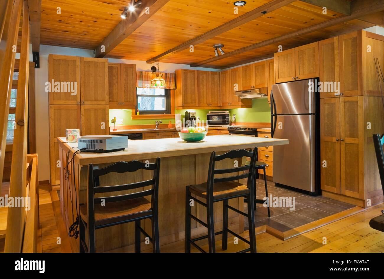 Hölzerne Kücheninsel mit Keramik-Schalter im kanadischen Cottage ...