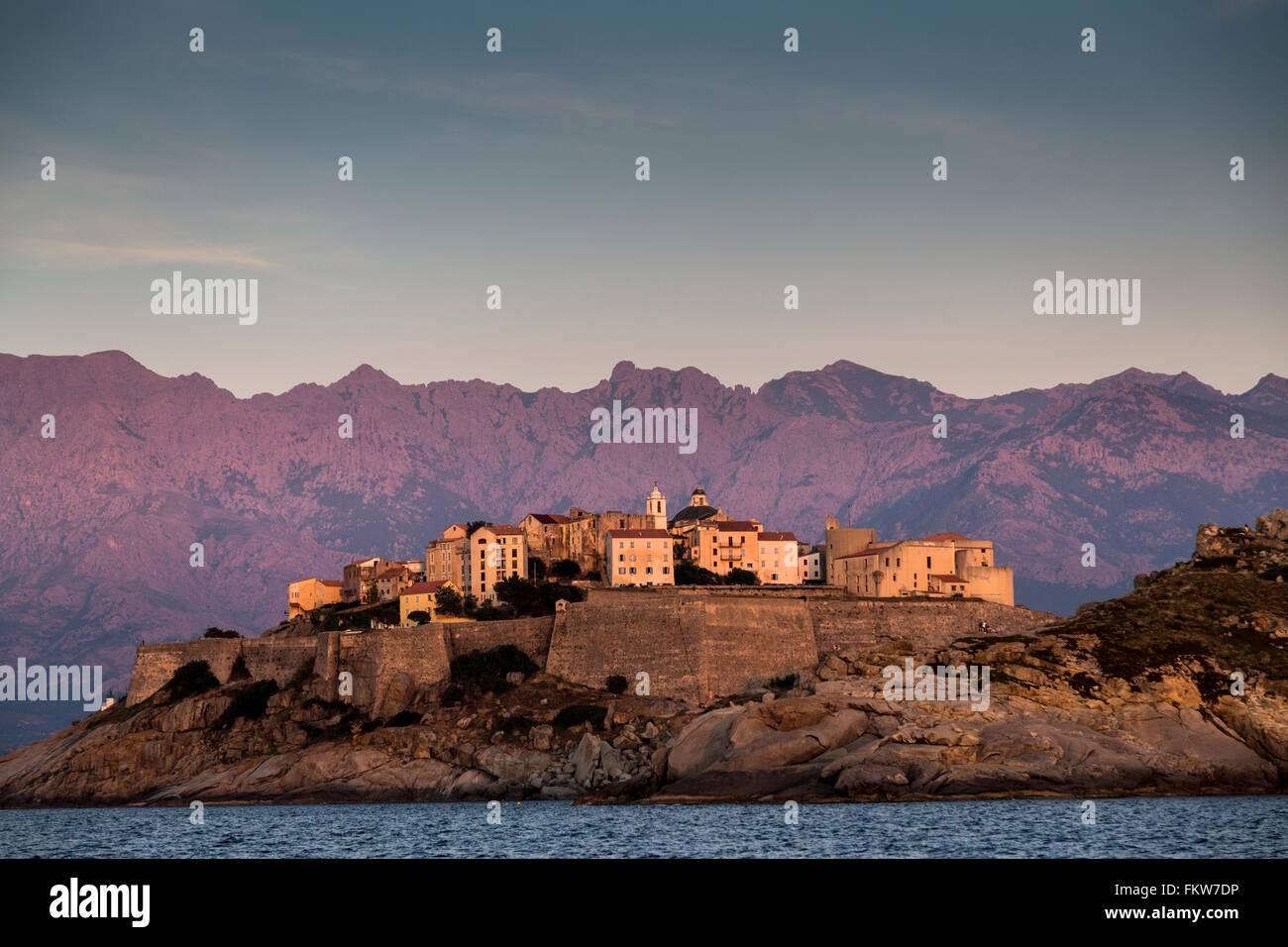 Sehen Sie Meer und Calvi auf Landzunge in der Abenddämmerung, Korsika, Frankreich Stockbild