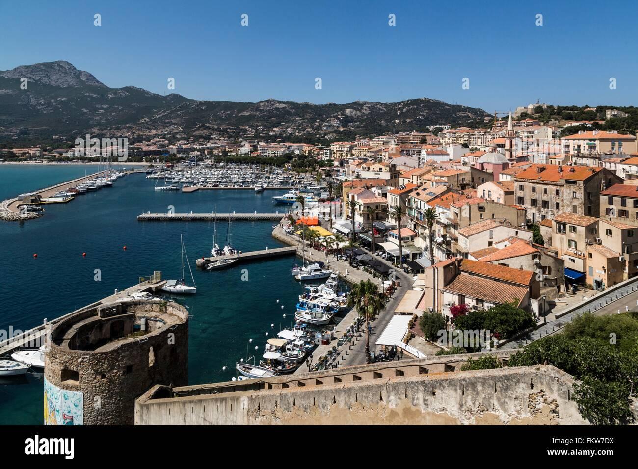 Erhöhten Blick Stadtmauern und Uferpromenade, Calvi, Korsika, Frankreich Stockbild